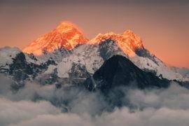 Mount Everest promieniach czerwonego zachodzącego słońca