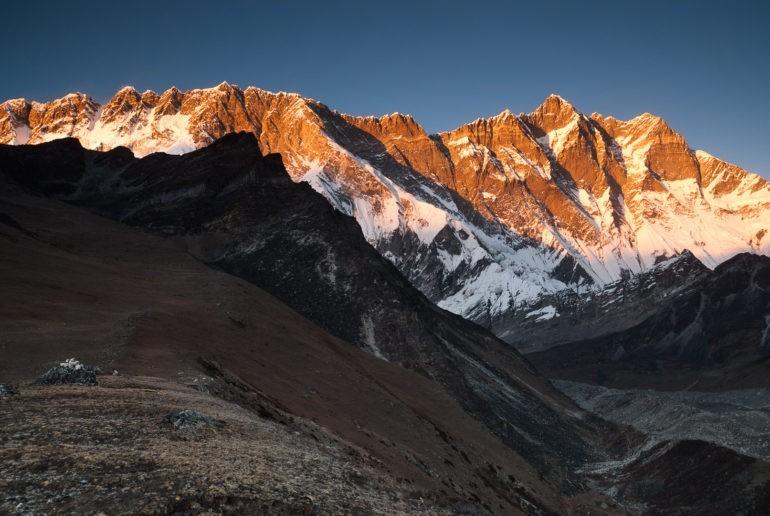 Pasmo południowej ściany Lhotse w promieniach zachodzącego słońca