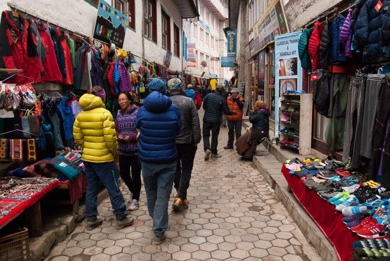 Turyści na zakupach w Namche Bazar