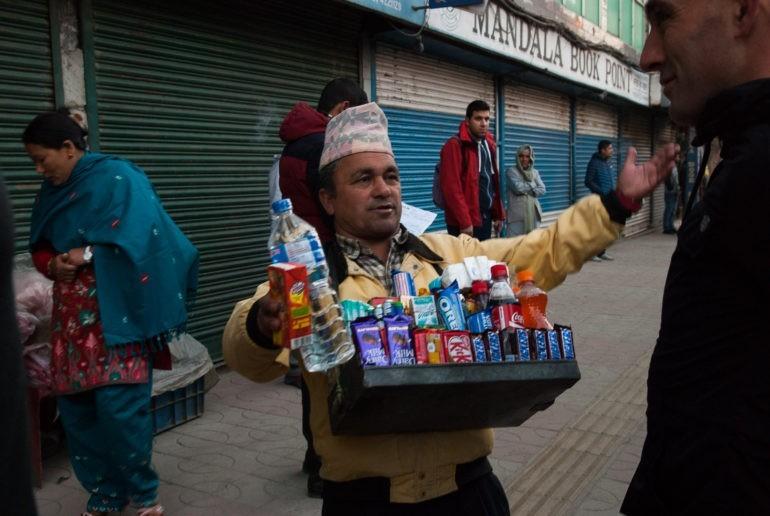 Uliczny sprzedawca w Kathamndu w miejscu odjazdu do Pokhary