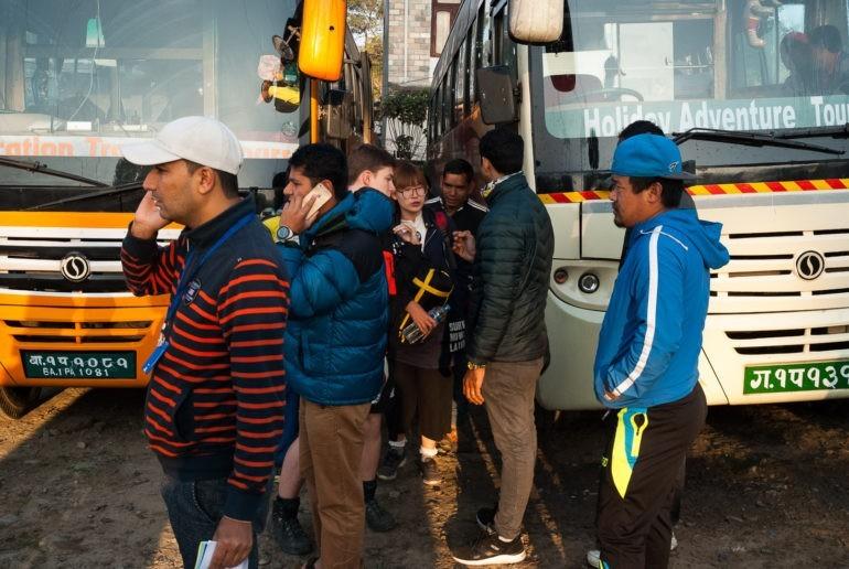 Kierowcy na dworcu autobusowym w Pokharze