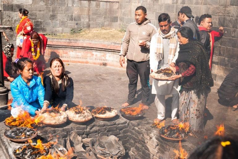 Świątynia Pashupati, obrzęd składania zniczy z tysięcy knotków