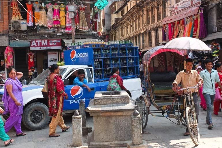 Poranny ruch w Kathmandu w dzielnicy Thamel
