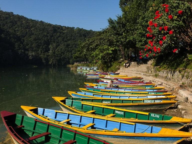 Kolorowe łódki w Pokharze, którymi można zwiedzać jezioro i przemieszać się do atrakcji