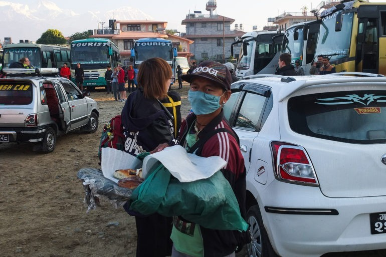 Sprzedawca drożdżówek na dworcu autobusowym w Pokharze