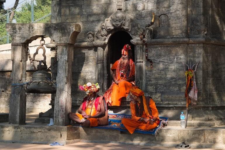 Święci mężowie z kompleksie świątyni Pashupati