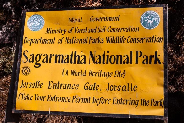Tablica informacyjna przy wejściu do parku narodowego