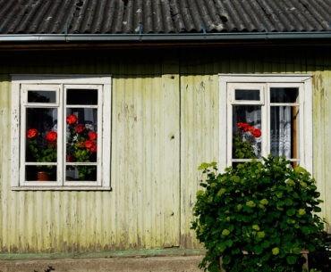 Fragment drewnianego domu na Litwie