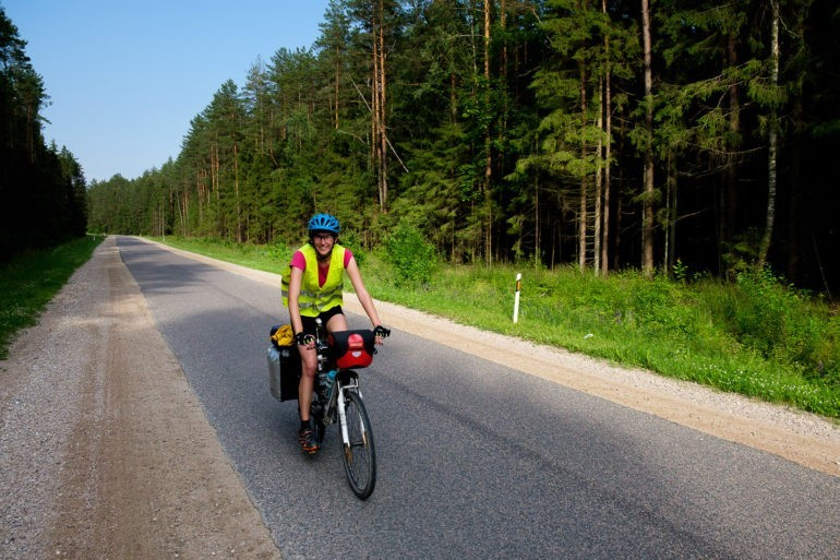 Gosia na rowerze podczas przejazdu jednej ze spokojniejszych tras na Litwie