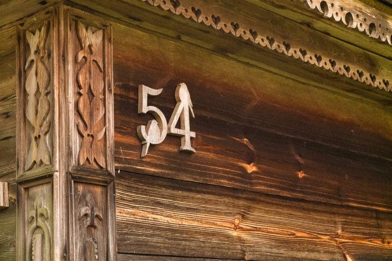 Dbanie o detale drewnianych domów budzi podziw. Na numerze domu są dwa drewniane ptaszki.