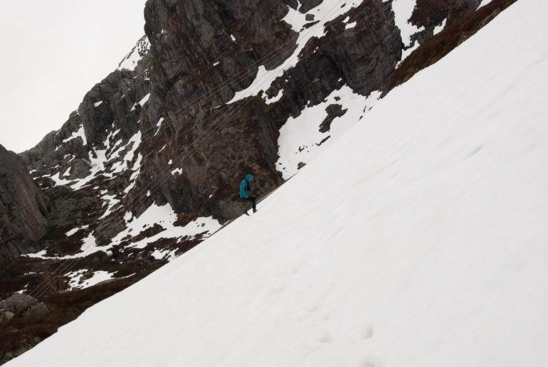 Z braku czasu na dotarcie do Kjerag znaleźliśmy trochę czasu na wygłupy ;) Przekrzywione zdjęcie sugeruje ciężka wspinaczkę po śniegu.