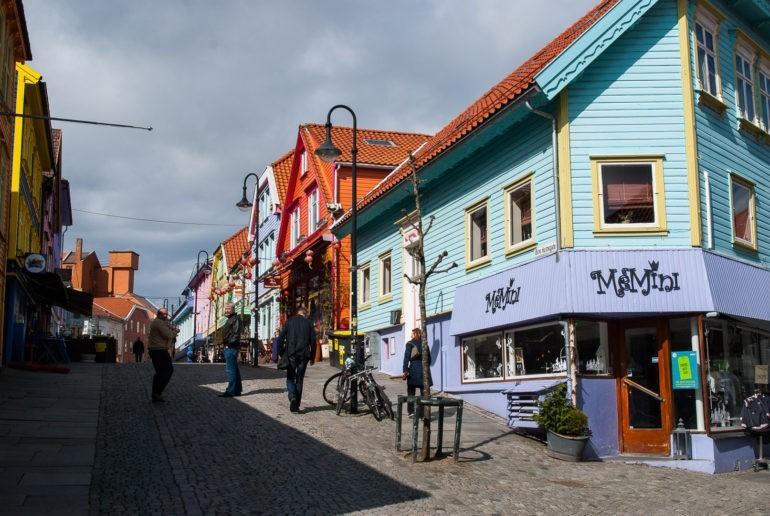 Cicha kolorowa uliczka w centrum z kilkoma kawiarniami