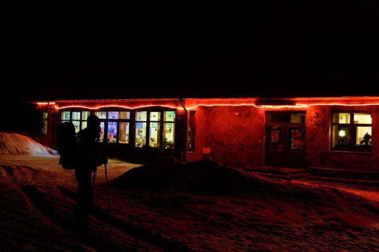Schronisko na Markowych Szczawinach przybrane w świąteczne ozdoby