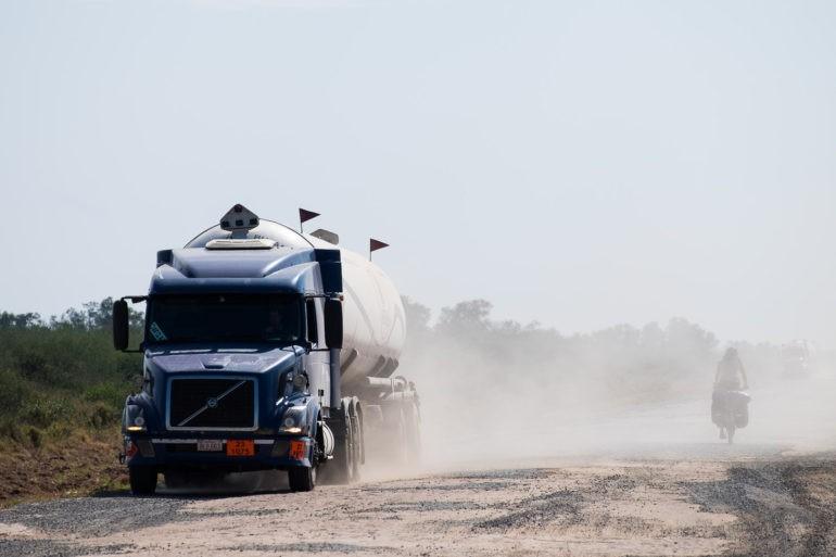Duże ciężarówki wzniecają olbrzymie ilości pyłu, w których na chwilę znikamy
