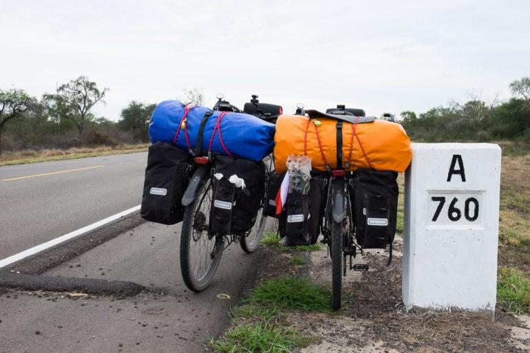 Ostatni słupek drogowy przed przejściem granicznym Paragwaj - Boliwia