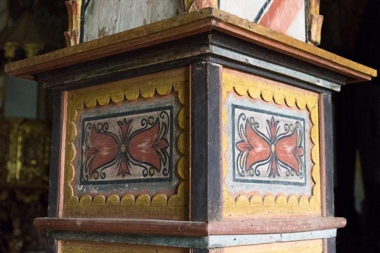 Drewniane detale na filarach