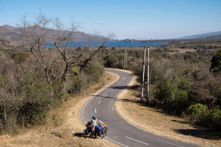 Kręta droga w kierunku Salty, na której odważyliśmy się zsiąść z roweru, bo ruch się zmniejszył