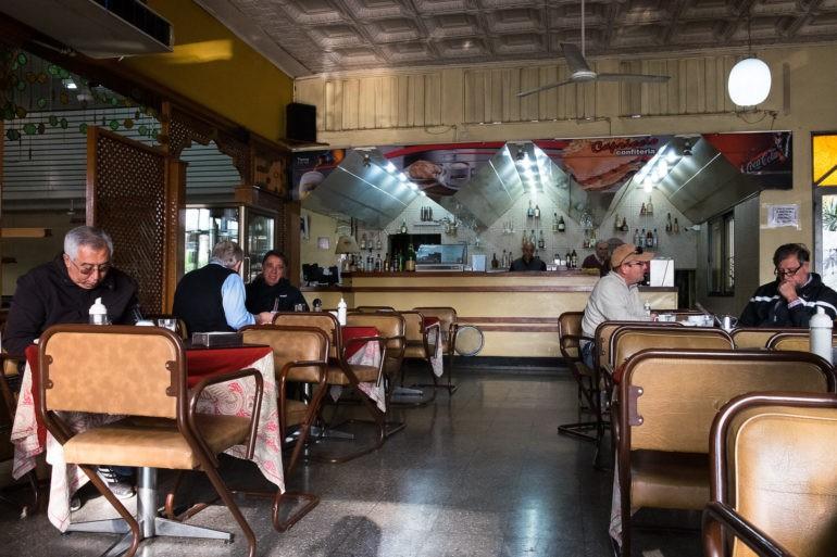 Starsza klimatyczna kawiarnia w San Juan. Ceny w kawiarniach wydają się nie rosnąć