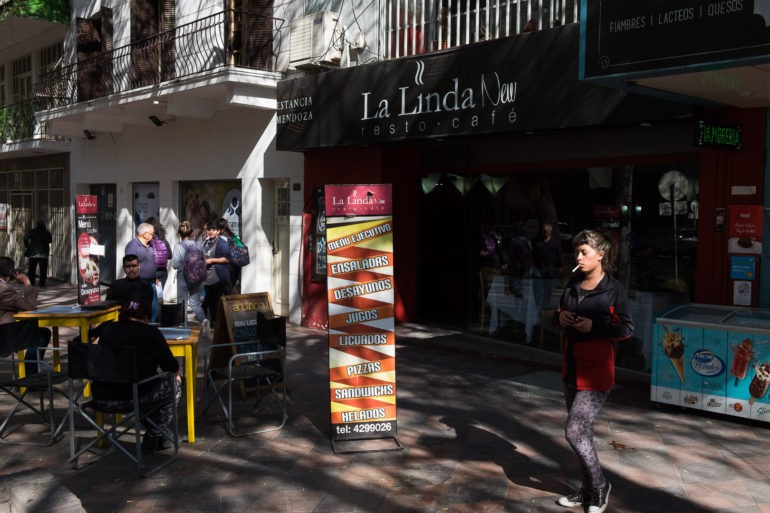 """Kawiarnie """"żyją"""" w lokalach i na ulicy o różnych porach dnia"""
