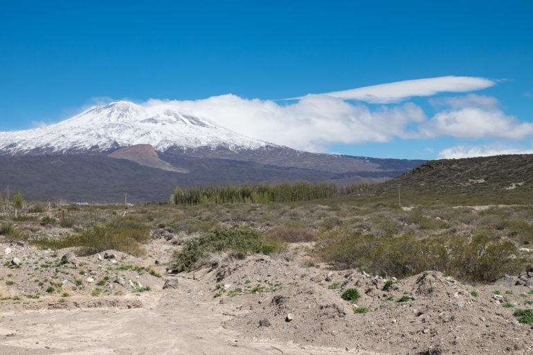 Wulkan Tromen tworzy niesamowity widok w Buta Ranquil, ale też dzieli nas od Chos Malal
