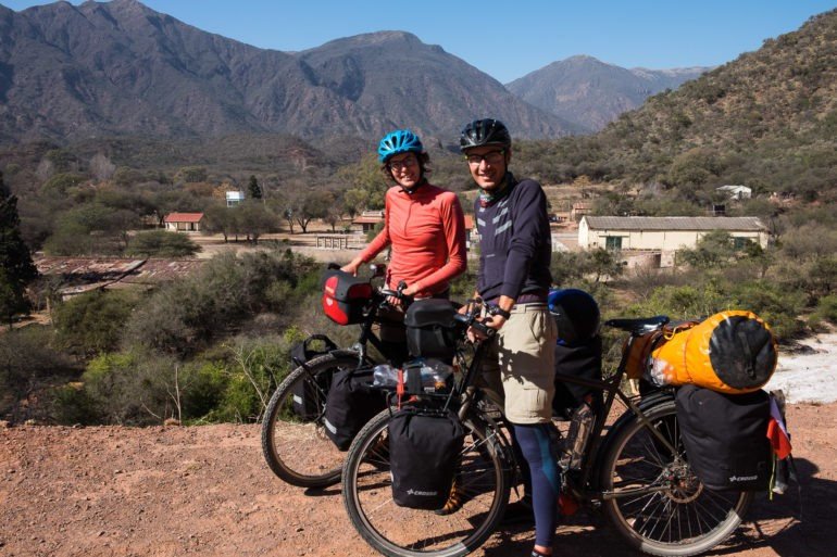 Uśmiechnięci rowerzyści przy argentyńskiej drodze
