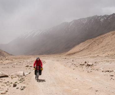 Gosia wyjeżdżająca z mgły podczas szybkiego zjazdu z przełęczy w gradzie.