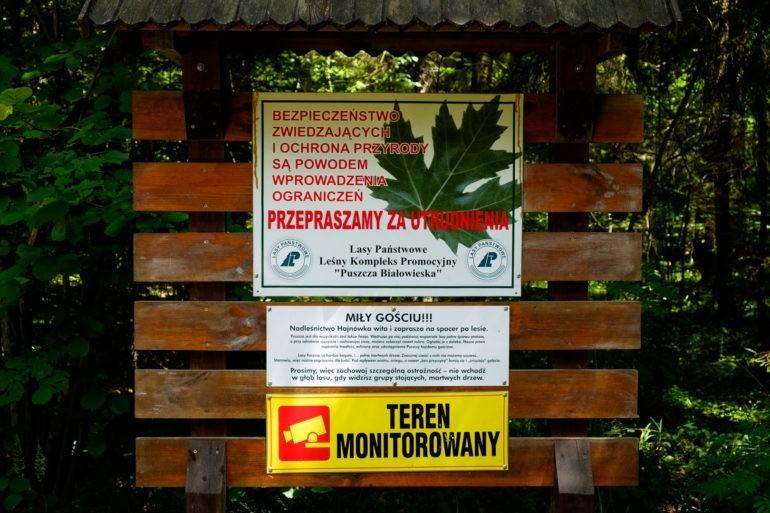 Tablica informująca o powodach zamknięcia szlaków turystycznych.