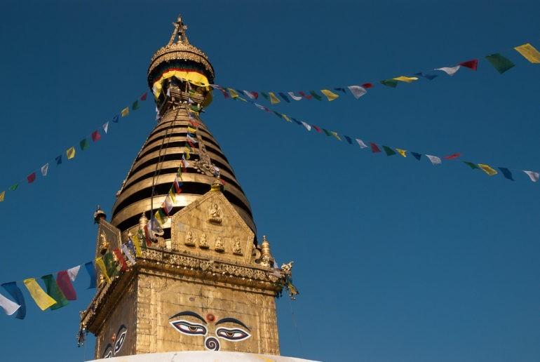 Szczyt kopuły górującej nad Świątynią Małp w Kathmandu