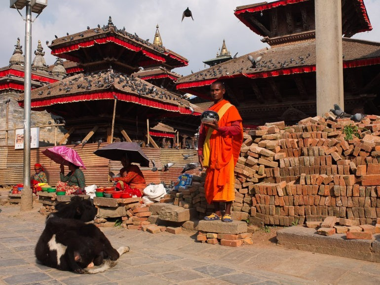 Mnich zbierający pieniądze na Durbar Square