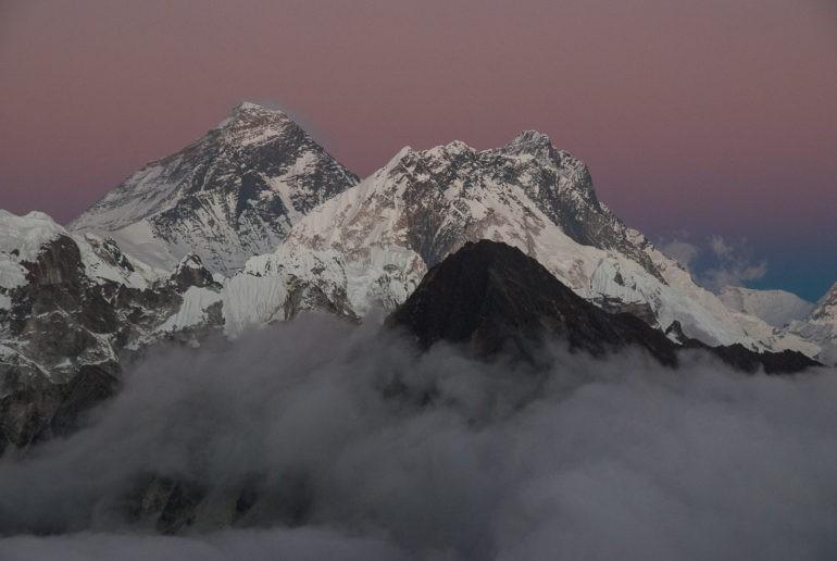 Spojrzenie na Everest po zachodzie słońca ze szczytu Gokyo Ri