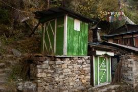 Kabina prysznicowa i toaleta przy jednej z lodge'y