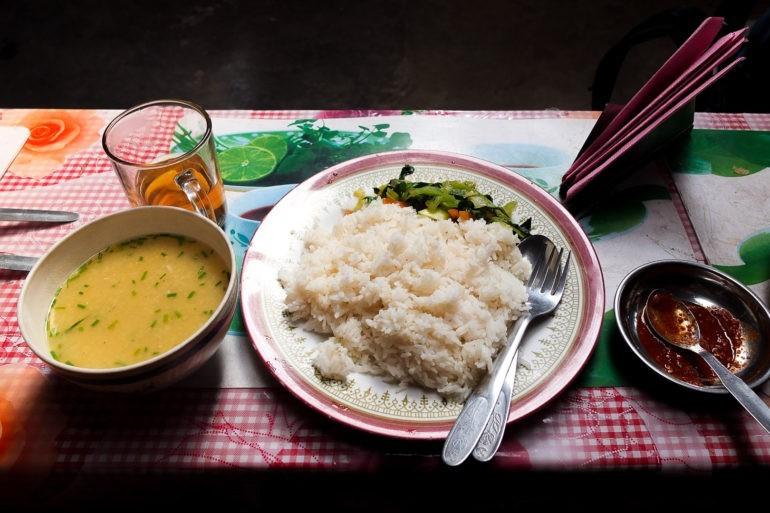 Dhal bat - cena tego posiłku może się wahać na szlaku od 400 do 800 NPR.