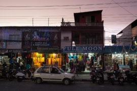 Główna ulica w Pokharze, miejsce handlu i atrakcji dla turystów
