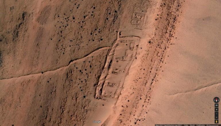 Google Earth: Zdjęcie satelitarne fortyfikacji oddzielających obszar kontrolowany przez Maroko od Terytoriów Wyzwolonych