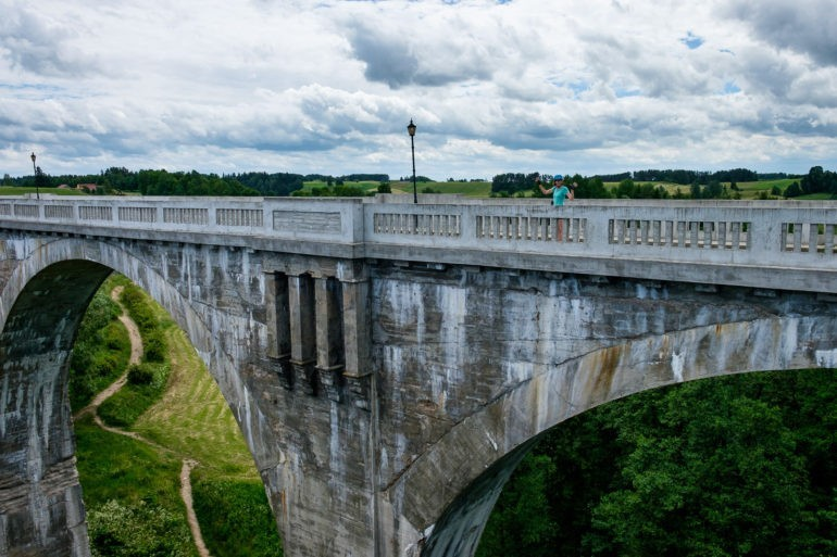 Mosty w Stańczykach. Zdjęcie wykonane z jednego mostu z widokiem na drugi