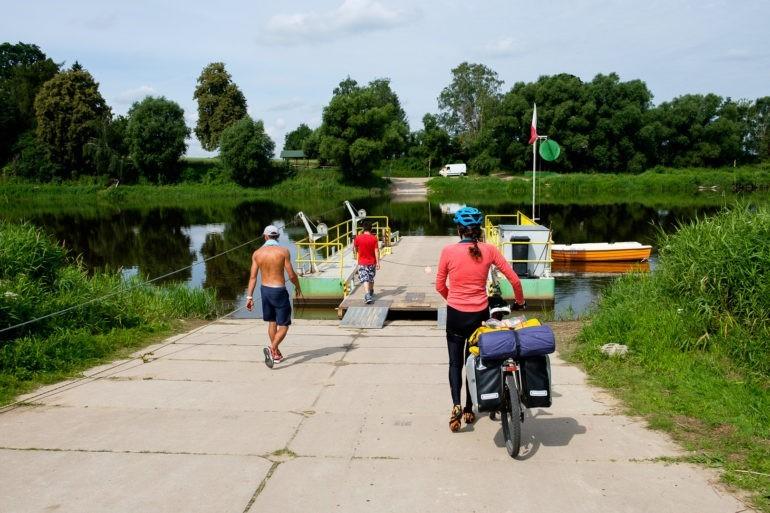 Przeprawa promowa w Mielniku. Prom napędzany jest siłą ludzkich mięśni