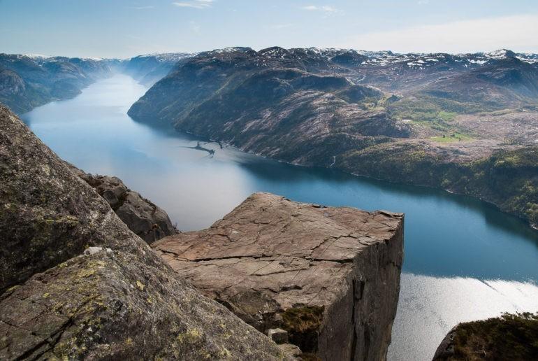Skalna półka Preikestolen widziana z góry. Pod spodem fiord Lysefjord