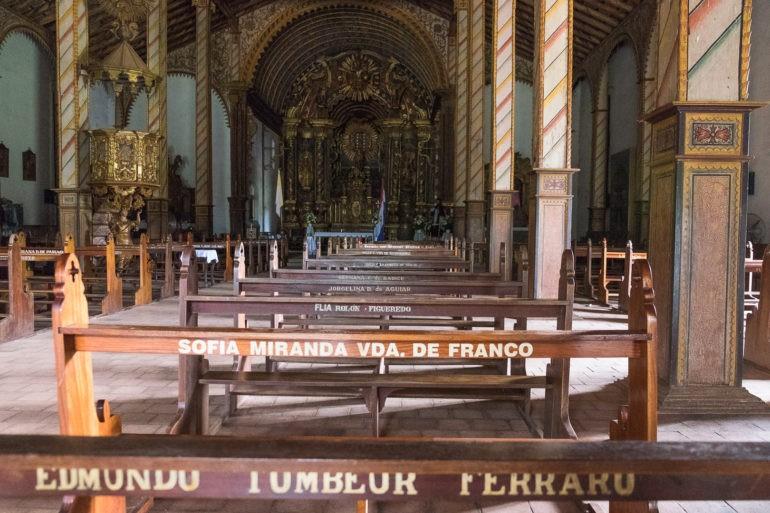 Rzeźbione ławki w kościele