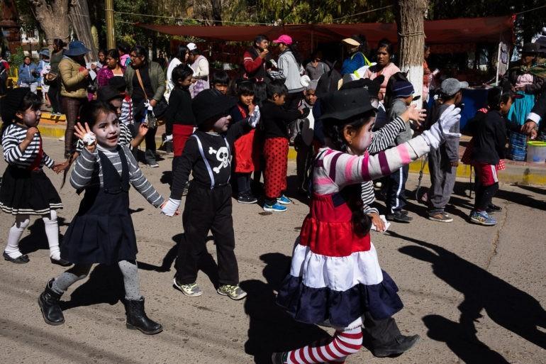 Dzieci tańczą z okazji obchodów dni szkoły w Tupizie