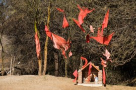 Charakterystyczne czerwone chorągiewki przy kapliczce Gauchito Gila