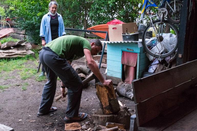 Mokre drewno trudno się rozpala w kominku