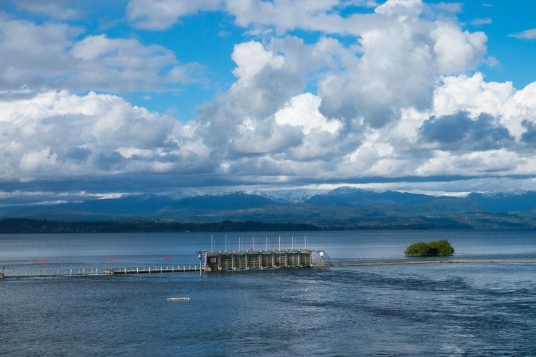 Instalacja jednej z hydroelektrowni na jeziorze Lago Puyehue