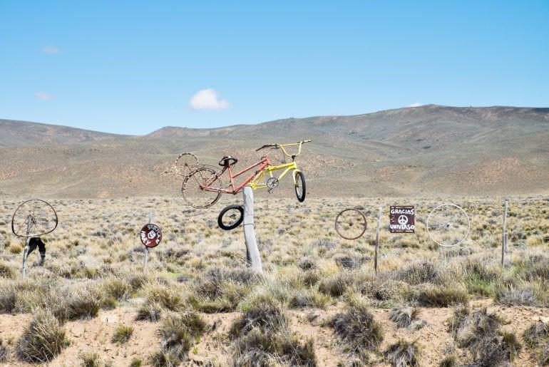 Symboliczny rower pośrodku Ruty 40