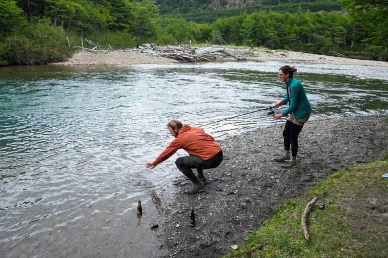 Gosia łowi pierwszą rybę w życiu