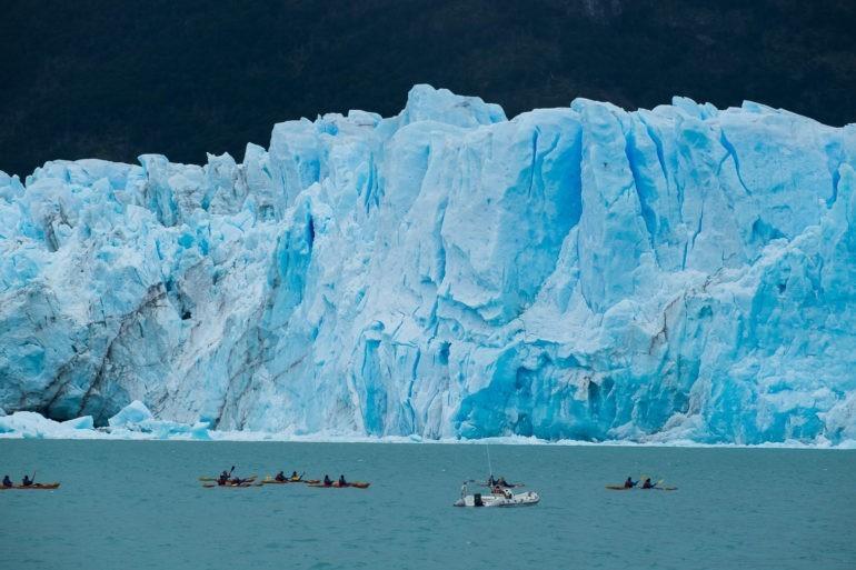Nieszczęśnicy/szczęściarze w kajakach pomagają pokazać wielkość lodowej ściany