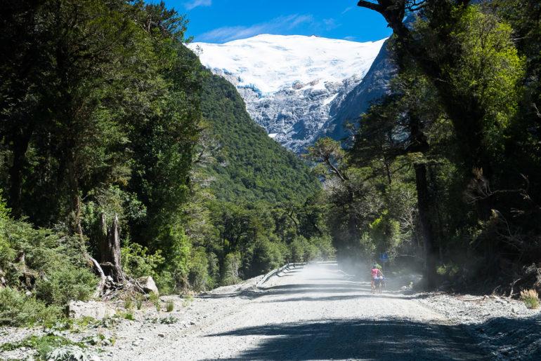 Szutrową drogę może umilać widok na lodowiec