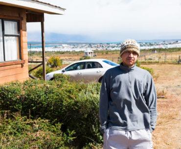 Ricardo przed swoim domem w Puerto Natales