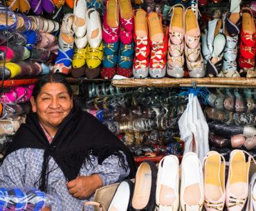 Pani sprzedająca obuwie na targu w La Paz