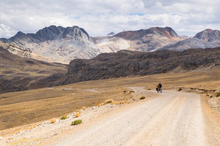 Poniżające zdjęcie blisko przełęczy. Michał pcha rower na ostatnich metrach.