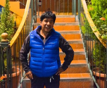 Eduardo Mamani Q w kawiarni w La Paz